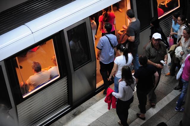 (Ne)reguli de civilizatie in autobuz tramvai si metrou - Romania 2010
