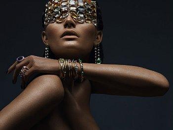 Cum sa accesorizezi un compleu viu colorat cu bijuterii sofisticate