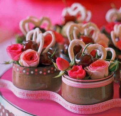 Spuma de ciocolata ornata cu inimioare delicioase